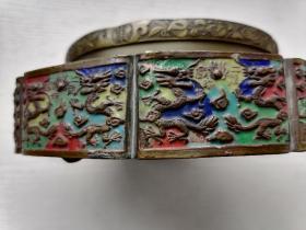 从沈阳收藏家交换来的景泰蓝二龙戏珠食品盒。无论双龙还是花卉,如此小的面积内,雕刻工艺非一般精湛,自然出自内府高手,五爪龙代表什么?所以来历值得想象。