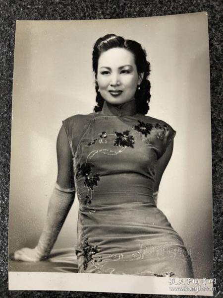 《白燕旗袍秀》明星老照片!附国际艺术人像钢印、品相完美、尺寸12/8.5Cm!