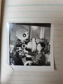 我军81123部队女军人张红相册2本70张,一名15岁就参军的女兵美女军人张红1972-1982年成长经历照片一夹子两本70张,从军队电影队到82年脱去军装,记录了在军队成长了经历。拍摄于吉林通化,长春南湖,北京,上海等地,背后都有本人书写的时间地点说明,大张15X10厘米,小张6x6厘米