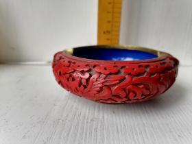 堆红雕漆铜钵,既是铜器又是漆器。尺寸见图:直径约10.5厘米,口径约7.5厘米,高约3.5厘米。邮政包裹包邮。