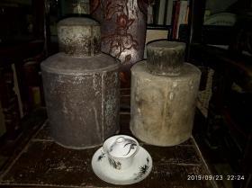 两个老茶叶罐,高30厘米和26厘米