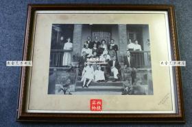 1910年美国基督教或天主教教会人员抵达香港传教后,全体人员在居住地点合影老照片。镜框是1995年8月12日后配,背面有非常详细的来龙去脉文字介绍。照片是清代原件,尺寸为28.3X20.9厘米,香港九龙照相馆A.LSUNG戳记。镜框尺寸是44.5X35厘米