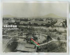 民国1938年2月21日凌晨,中国空军的20架轰炸机在13架战斗机的掩护下从汉口王家墩机场起飞,飞越台湾海峡,直扑台北松山机场,将停机坪上的日军飞机、油库、机库和维修厂进行了轮番轰炸,将那里夷为平地,大大鼓舞了全国人民抗战的信心。照片是当时的台北城市全景。