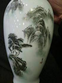 原浙江省委书*、省长薛驹题赠富阳新登中学建校50周年纪念的山水瓶