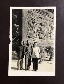 五十年代解放军夫妻北京九龙壁合影(解放军少校夫妻旧藏系列)