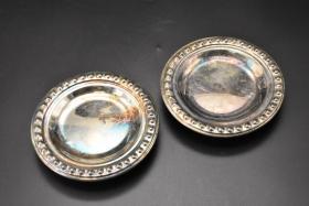 (乙3953)《欧洲鎏银盘》一对两件 欧洲实用餐具 杯托 像头型三足精美 款式简单 摆放平稳 直径:12.7cm 高:2.8cm 重:344.08g