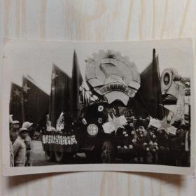 解放军黑白老照片:抗战胜利宣传车 车身条幅为 镇江军分区教导大队宣传车
