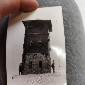 黑白老照片:解放军与炮楼合影 解放军老照片