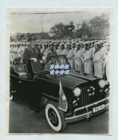 1953年蒋介石坐五星吉普车检阅海军老照片。美联社新闻传真照片一张