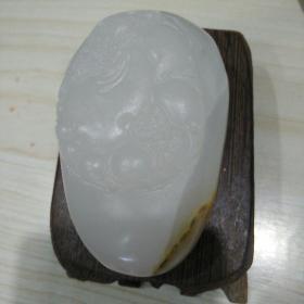 玉石雕一个带皮色,外国玉白玉犹如凝脂,长7.4厘米,雕工费都值,比较重。