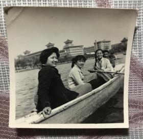 1963年 四位美女在北京北海划船游玩老照片