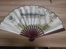 武汉大学建校一百周年纪念成扇一把,高33厘米,绢本,有珞珈赋全文和武大樱花图案,品好包快递发货。