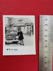 1982年轿车古建筑前留影