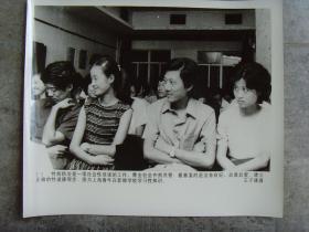 超大尺寸老照片:【※1988年,上海青年在新婚学校学习性知识,稚嫩青年露出羞涩微笑  ※】