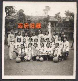 五十年代初,女子篮球冠军队合影老照片