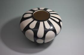 """日本名家制瓷:""""陶泉制""""白瓷黑纹花瓶"""