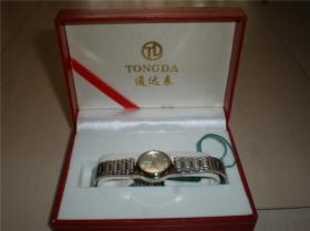 钟表类:收藏适用佩戴通达手表白钢链坦克链带女款精致走时准确圆盘手表腕表一块