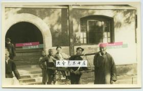 民国时期一外国女士在北京郊区游览时乘坐当地人抬的代步滑竿交通工具老照片