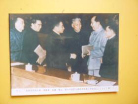 文革后期宣传照片《1962年毛主席同刘少奇、周恩来、朱德、陈云、邓小平在扩大的中共中央工作会议上)【照相纸印刷的照片】