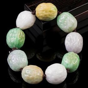 翡翠手链,核桃翡翠手链,水头好,玉质细腻,雕工精美,珠子形态饱满,核桃珠取其谐音,寓意和和美美,形态和色彩各异的精美珠子荟萃成一串精品极为难得,收藏珍品