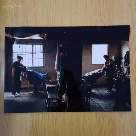 中国第十届国际艺术摄影展大幅彩色作品《父子理发店》!!