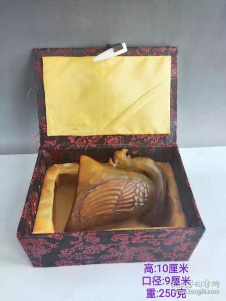 田黄石孔雀杯雕刻酒杯,包浆厚重古朴。选料天然细腻,精心雕刻,品相一流