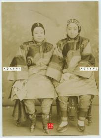清代两名年面容清秀年轻女子合影老照片,一名小脚三寸金莲,一名天足,服饰都比较华丽,应该拍摄于中国北方一带。11.5X8.3厘米