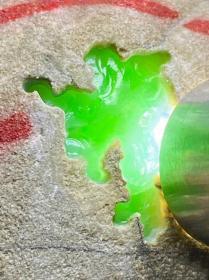 """翡翠原石,纯天然翡翠原石,极品缅甸冰糯种翡翠原石,""""冰种阳绿翡翠原石""""玉质清爽干净,开窗不变种,色泽浓郁,肉质细腻干净,冰感充足,种老起荧光 油性十足 种水爆透 整个冰透 品质好,值得永久珍品,可遇不可求,极好收藏"""