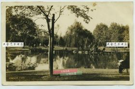 """1926年上海开辟最早的公园之一复兴公园老照片,初名""""顾家宅公园"""",也称""""法国公园"""",主体风格具有浓郁的法式特征,法国梧桐遍布每个角落。是上海法式公园的不二代表,位于法租界。很多人第一次认识马克思、恩格斯就是在这里,很多人第一次坐旋转木马也是在这里。"""