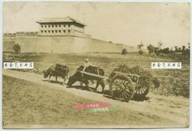 民国时期内蒙古绥远的城墙与角楼,位于现在的内蒙古呼和浩特市一带,附近大路之上,有把式赶车经过。泛银。14X9.6厘米