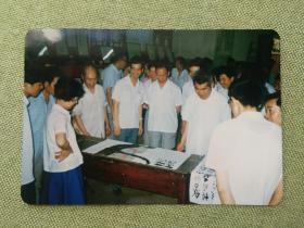 武汉市市委党校一九八五年七月八四级培训班书画展览上朱志元现场作画老照片一张,品好包快递发货。