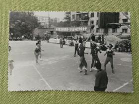 武汉市市委党校一九八五年秋季运动会篮球比赛老照片一张,品好包快递发货。
