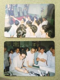 武汉市市委党校一九八五年七月八四级培训班书画展览上张善平现场挥毫和讲解老照片两张,品好包快递发货。