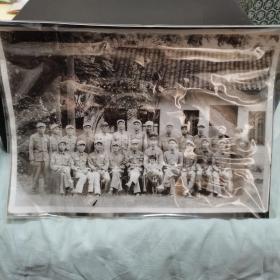 老照片。照片故事:解放军四野纵队南下,解放广西后,成立广西军区。这是换装前的合影。