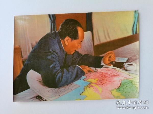 文革手工上色相纸印制毛主席查看地图照片,色彩明艳,印制精良, 当时中国图片社用最好的技术制作领袖宣传品印刷出版