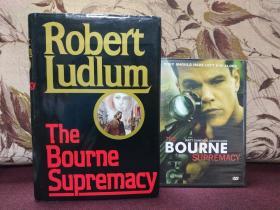 【美国著名间谍小说大师 罗伯特•陆德伦Robert Ludlum签名本 伯恩系列《The Bourne Supremacy》美国兰登书屋1986年初版精装本】附赠该书改编电影光碟DVD一张。