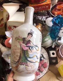 三个一起走128包邮 70年代文革花瓶三个 老瓷三个一起出售,东西没有磕碰无冲线全品。 绿釉瓶一对高度近20厘米,麻姑献寿一个瓶子高度近30厘米 三个瓶子有近五斤重,