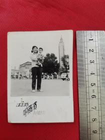1984年哈尔滨站前母子照片