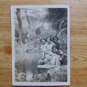民国老照片:4名旗袍女子在江苏无锡惠山寄畅园合影