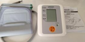 包邮,全套,欧姆龙智能电子血压计一个,袖带1个,电源线1个, 说明书1个,外包装盒1个。 药房438元买的,质量好,正常好用
