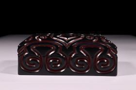 漆器剔犀长方形盖盒 尺寸:高8.0cm 宽24×17cm 重897.9g。 简介:形制端庄、古朴醇厚、通体剔犀、黑红漆堆漆、通体雕祥云如意纹、工艺复杂、典雅细腻、案台陈列、收藏佳品、品相一流、值得收藏。