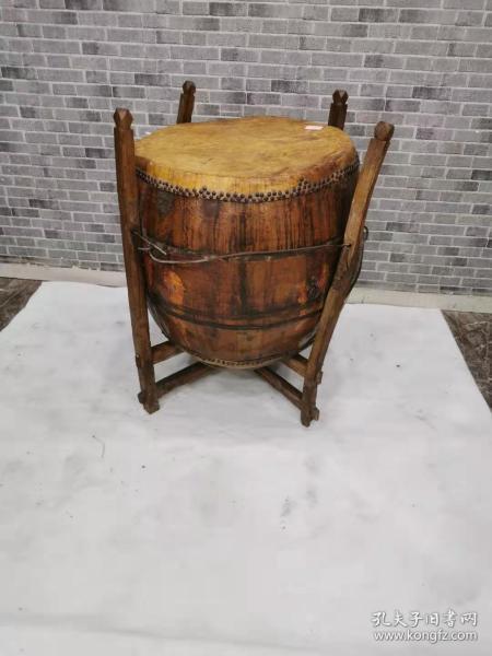 一套老鼓,老牛皮,老铁钉,老包浆,年代久远。品相一流,能正常使用。鼓声清亮悠远。鼓60.60.65