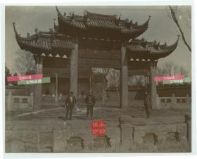 """清代1904年左右,浙江或福建一带的佛教庙宇寺院,可见写有""""禅宫""""的牌楼一座,下面有到访的外国游客。"""