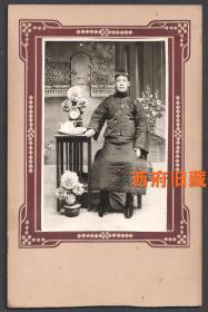 民国老照片,老照相馆布景照,穿着华丽服饰的男士,盆景、花卉、钟表布景