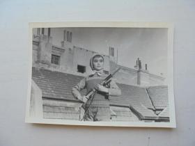 文革手持长枪的潍坊文工团美女老照片