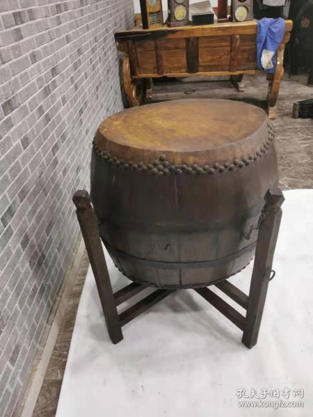 一套老鼓。老铁钉,老铁条,老牛皮,老榆木板精制而成。老包浆,年代久远。品相好,能正常使用。