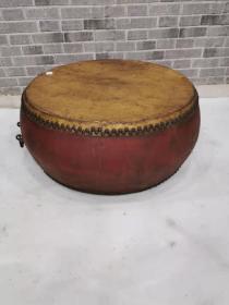 很好的一架老鼓,老牛皮,老铁钉,老铁环,老红大漆。品相一流外观特漂亮。能正常使用。鼓声清亮悠远。55.55.30尺寸