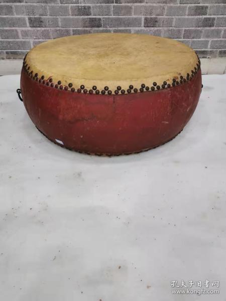 一架老鼓,老铁钉,老铁环。老牛皮,品相一流。能正常使用。53.53.25