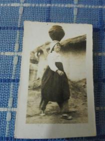 志愿军24军70师直属队女兵圣旭老照片(朝鲜妇人服饰头顶罐子  少见)
