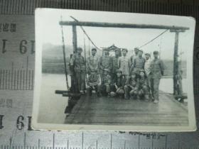 志愿军24军70师直属队在朝鲜黄江大桥合影老照片